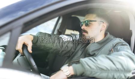 junger mann faehrt ein auto