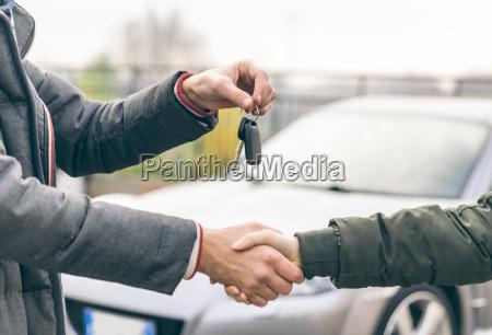 zwei personen eine vereinbarung ueber ein