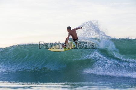 indonesien lombok surfer auf einer welle