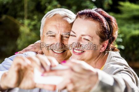 happy aelteren paar das ein selfie