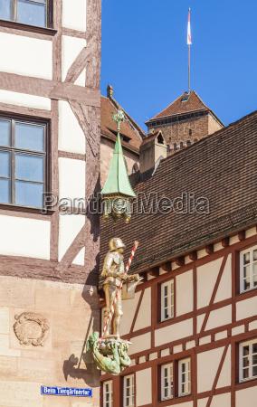 deutschland nuernberg pilatushaus mit figurine von
