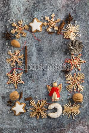 weihnachtsdekoration plaetzchen gewuerze und nuesse bilden