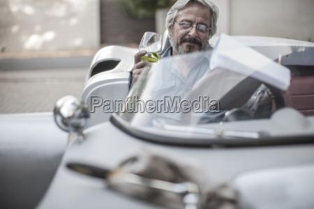 senioren mann im sportwagen mit blick