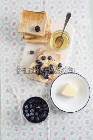 toast mit bananenscheiben blaubeeren brombeeren und