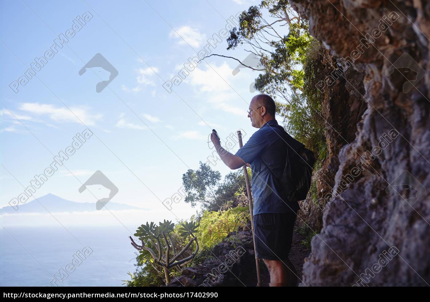 spanien, kanarische, inseln, la, gomera, wanderer, mit, gps-navigationsgerät - 17402990