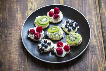 mini pancakes with cream and fruits