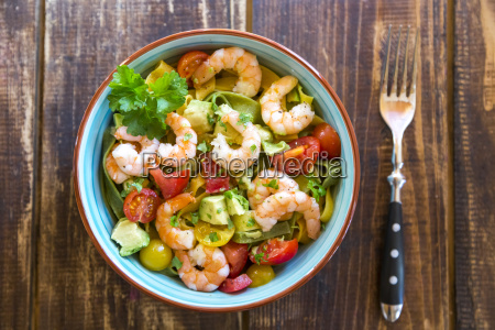 noodle salad with avocado tomato and