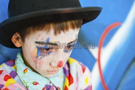 portrait des traurigen jungen geschminkt als