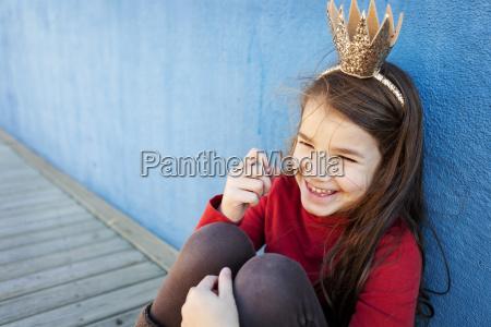 portraet des lachenden kleinen maedchens mit