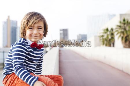 spanien barcelona portraet des gluecklichen kleinen