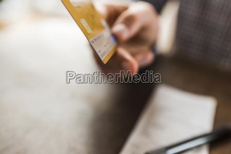 close up der hand kreditkarte