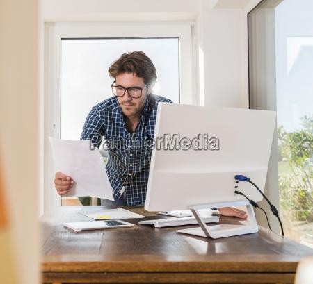 junger mann arbeitet im home office