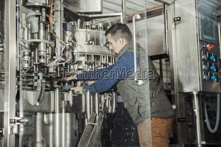 junge mann in handwerksbrauerei