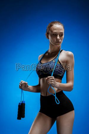 muskuloese junge frau athlet mit einem