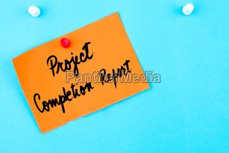 projektabschlussbericht auf orangefarbenem papiervermerk