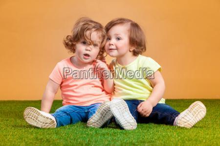 glueckliche lustige maedchen zwillinge schwestern spielen