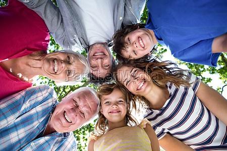 laechelnde familie mit ihren koepfen in