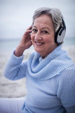 portrait der aelteren frau hoerend musik