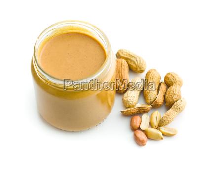 cremige erdnussbutter und erdnuesse