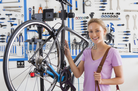 customers with bicycle in workshop
