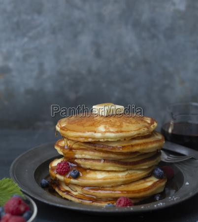stapel pancakes mit butterobst und sirupstudio