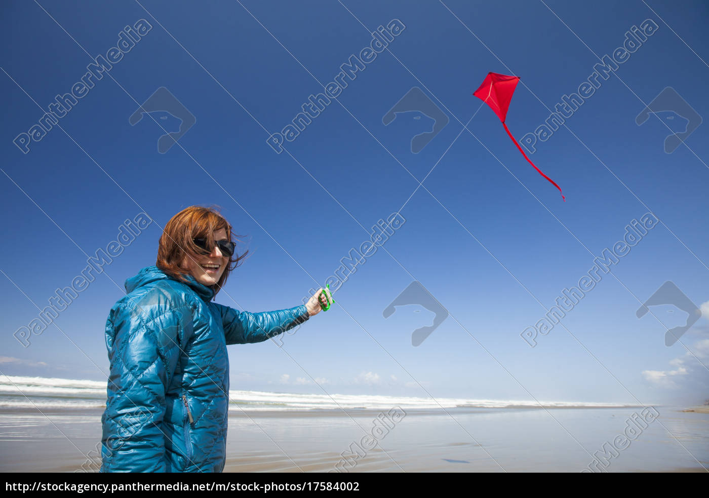 eine, junge, frau, fliegt, einen, roten - 17584002