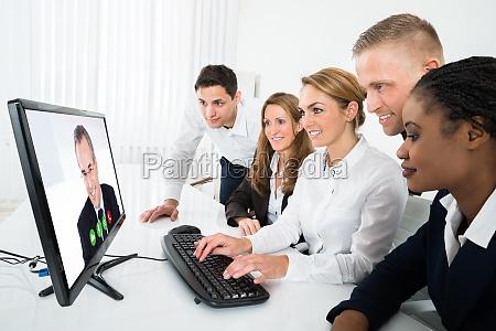 geschaeftsleute videokonferenz auf computer