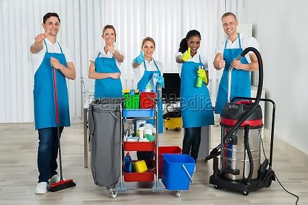 reiniger mit reinigungsgeraete im buero