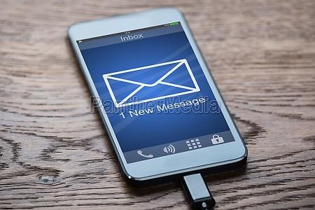 smartphone mit dem ladegeraet verbunden auf