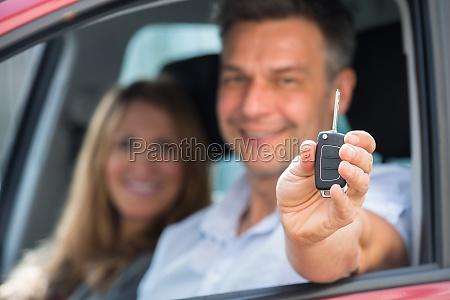 mann sitzt im inneren des autos