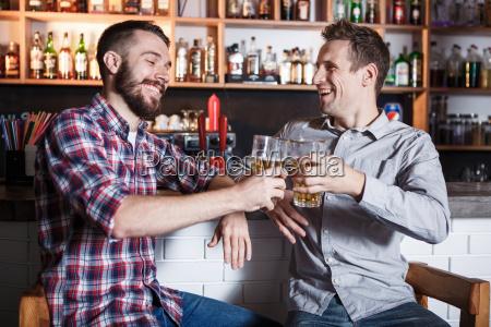 glueckliche freunde die bier an der