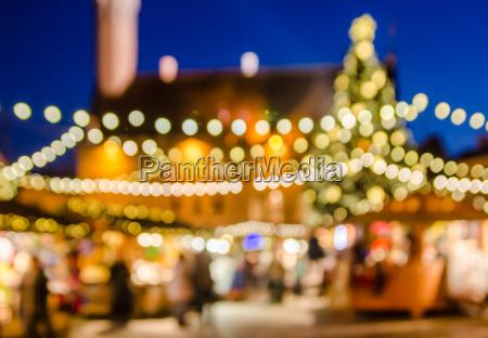 verzierte weihnachtsmarkt abstrakt verschwommen lichter hintergrund