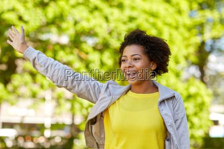 gluecklich african american junge frau im