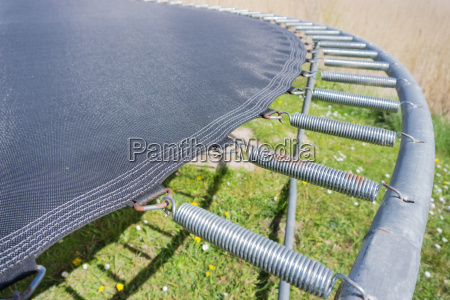 nahaufnahme eines trampolins im garten