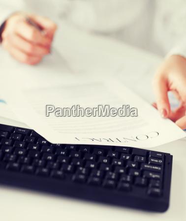 frau hand unterzeichnung vertragspapier