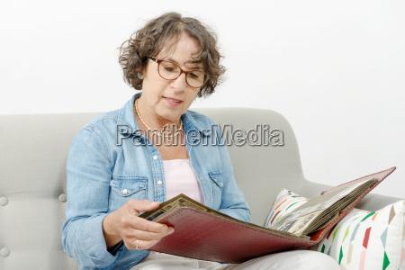 frau von mittlerem alter die fotoalbum