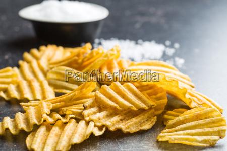 crinkle geschnittene kartoffelchips mit salz