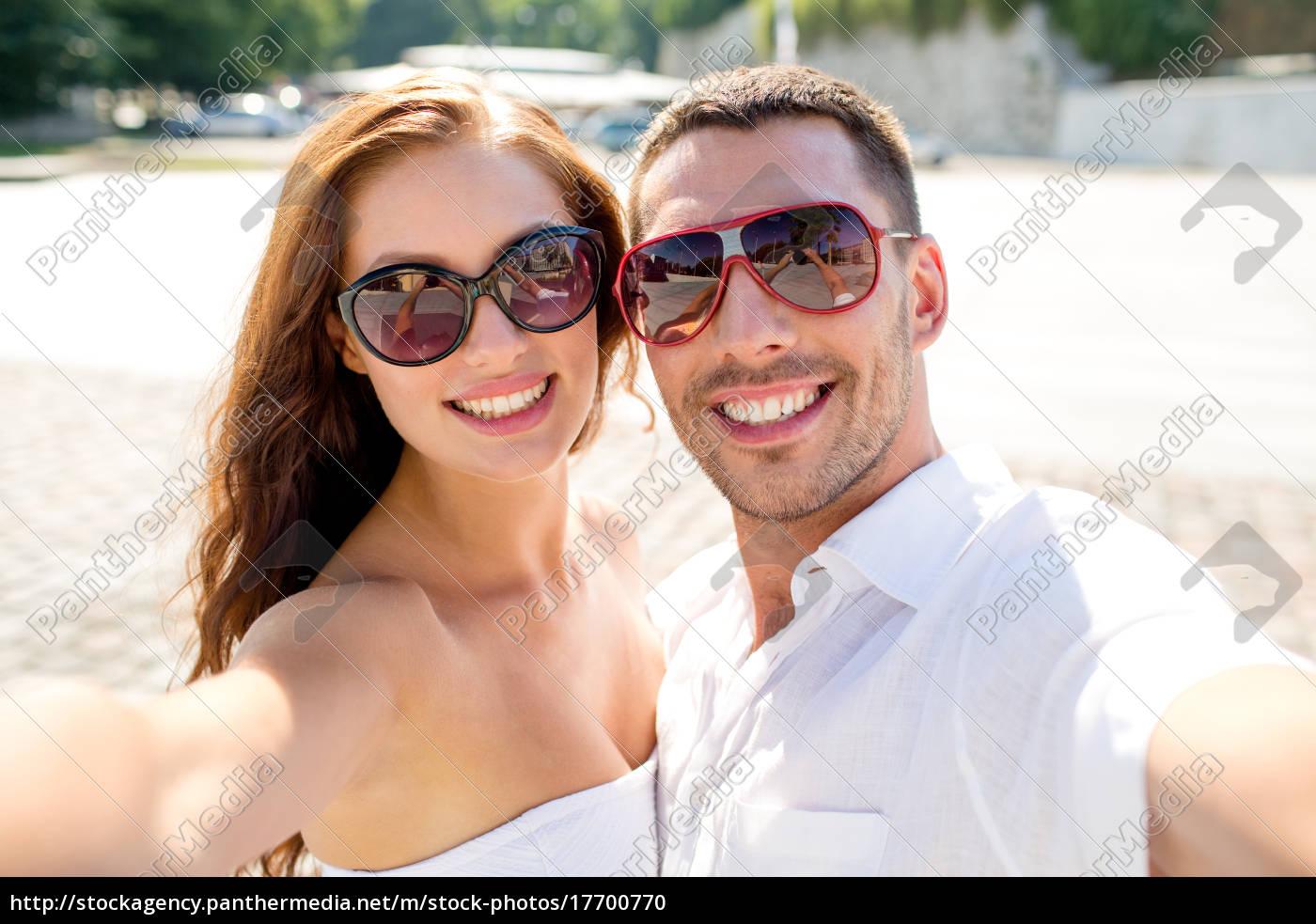 lächelnd, paar, mit, sonnenbrille, machen, selfie - 17700770
