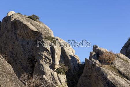 sandsteinfelsen von castelmezzano mit einer zwischentreppe