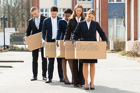 arbeitslose geschaeftsleute mit kartonboxen