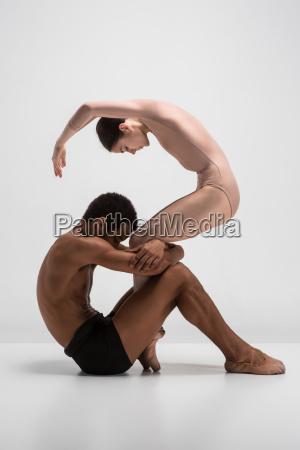 paar von ballett taenzer posieren auf