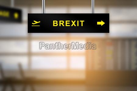 brexit oder britische ausfahrt flughafen schild