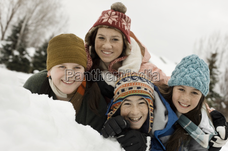 winterschnee vier kinder gruppierten lachend durch