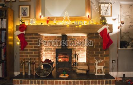weihnachtsstruempfe die auf dem kaminsims haengen