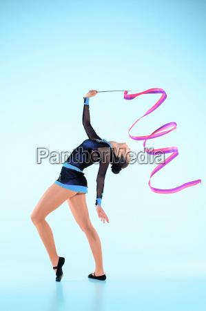 das maedchen macht gymnastik tanzen mit