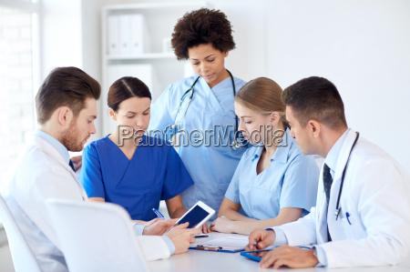 gruppe von AErzten mit tablet pc