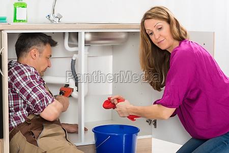 klempner reparieren rohr unter waschbecken