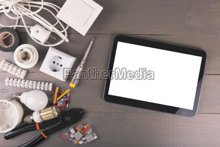leere digitale tablette mit elektrowerkzeugen und