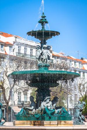 rossio platz mit springbrunnen im baixa