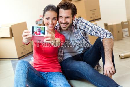 junges ehepaar nimmt selfies in ihr